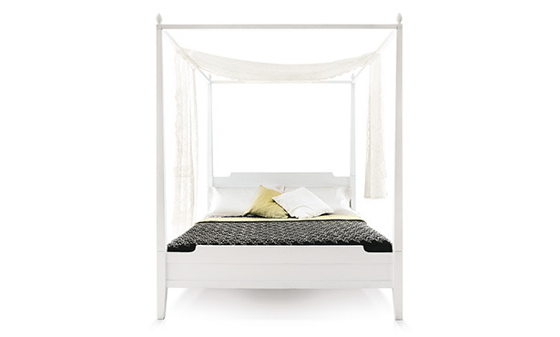L614 - Canopy bed